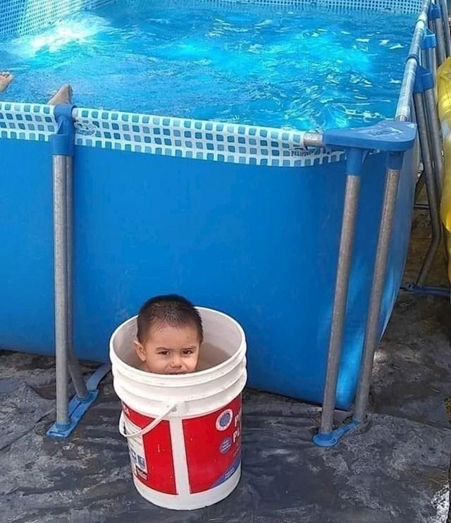 """Potrošio sam 150 dolara na bazen, a on se kupa u kanti od boje..."""