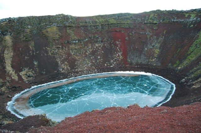 Smrznuto jezero u vulkanskom krateru