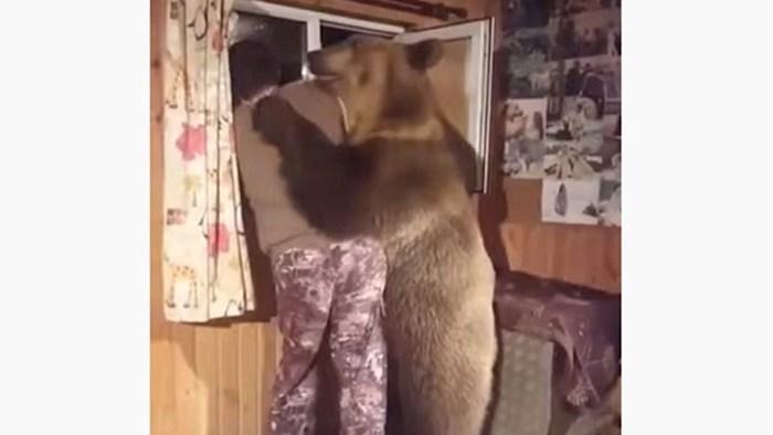 VIDEO Ovaj medvjed sprijateljio se s čovjekom i ponaša se poput njega