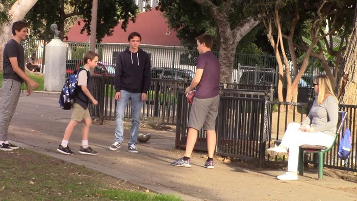 Grupa mladića uznemiravala je mlađeg dječaka, no pogledajte što se dogodilo kad su im prišli stranci