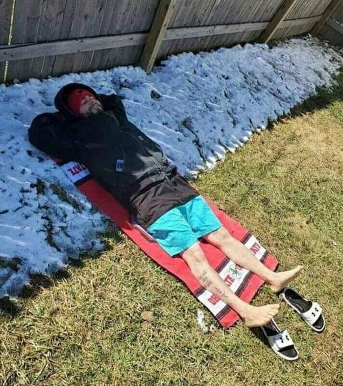 Ovaj genijalac se slikao i svijetu pokazao kako istovremeno biti na ljetovanju i zimovanju