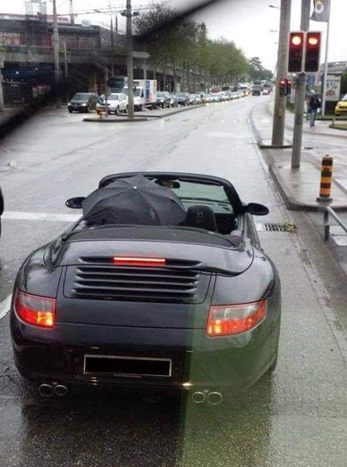 Vozaču je dosadni kišni dan postao puno zanimljiviji kad je na jednom semaforu ugledao ovo