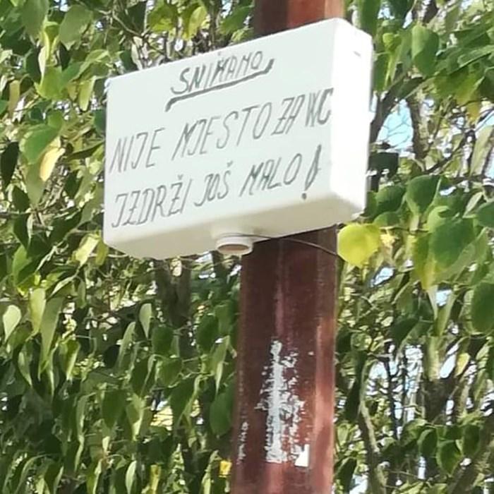 Očajnički su pokušavali spriječiti lošu naviku prolaznika pa su u dvorištu ostavili smiješnu poruku