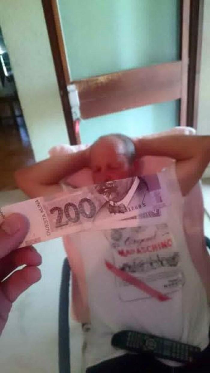 """Maštovita """"investicija"""": Uzeo je novčanicu od 200 kn i slikao je u savršenom položaju"""