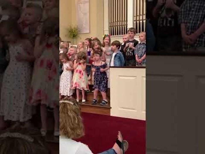 Petogodišnja klinka ukrala je show ostalima kad je na priredbi pokazala svoje urnebesne plesne pokrete