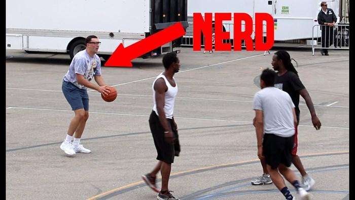 """""""ŠMOLJKAN"""" IH RASTURIO Pitao ih je može li igrati košarku s njima, ostali su u šoku kad je uzeo loptu u ruke"""