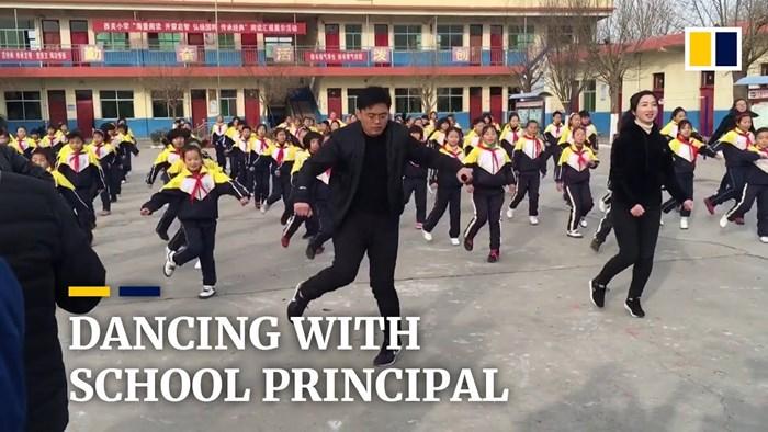 Ravnatelj učio djecu plesati u dvorištu škole pa postao hit na internetu