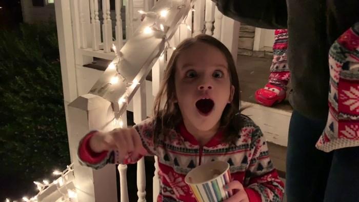 Pokazao je djeci saonice Djeda Božićnjaka na nebu, a reakcije su najslađe