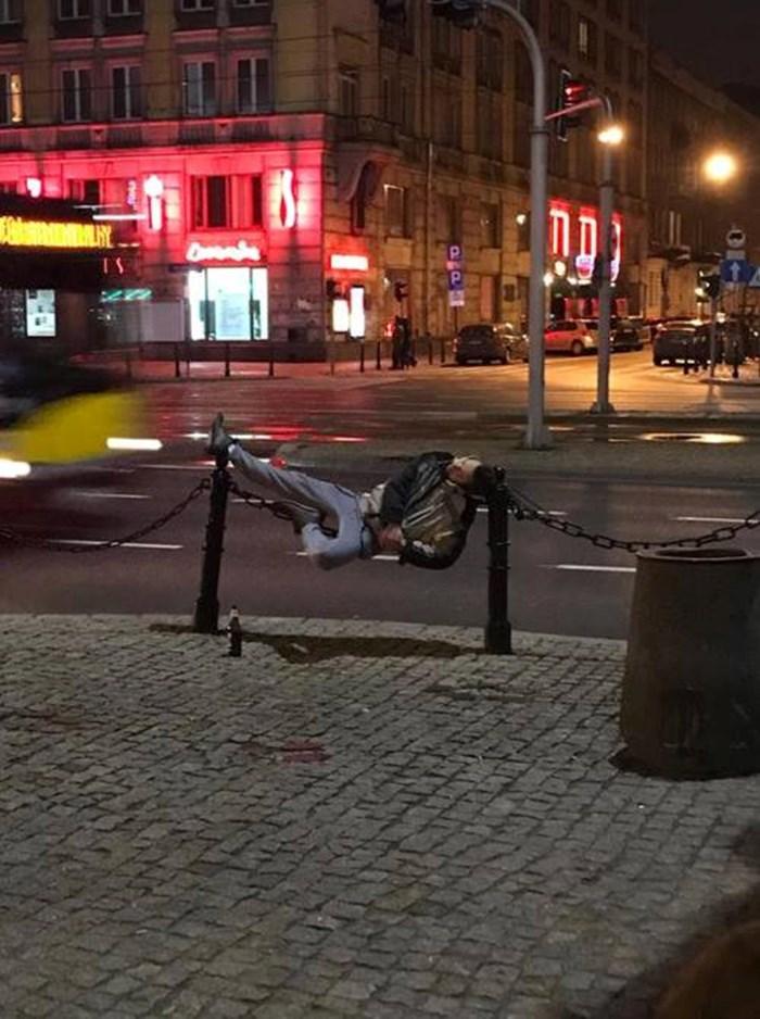Pijani lik zaspao u najčudnijoj pozi i dokazao da alkohol totalno preokrene ljude