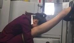 Poza u kojoj je ova stjuardesa odlučila malo odmoriti je urnebesna