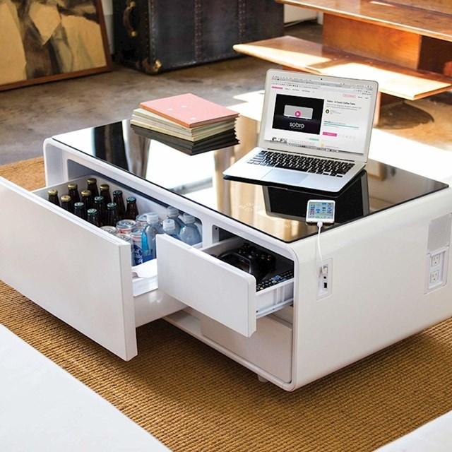 Pametni stolić s malim hladnjakom i USB punjačem. Savršen za one koji su uvijek online. Znači, savršen za sve.
