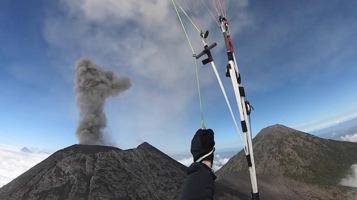 Paraglajder je odlučio letjeti u blizini aktivnog vulkana. Snimka je zapanjujuća