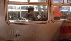 Svi su poludjeli, skaču po tramvaju, a on kao da ga se to ne tiče